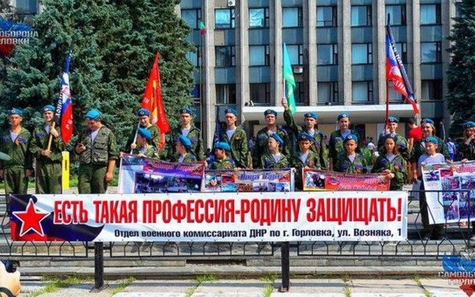 Бойовики на День ВДВ влаштували стрілянину і одягли дітей у військову форму: з'явилися фото