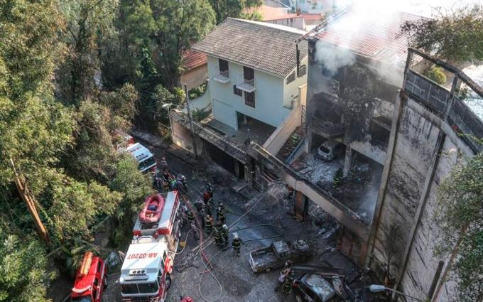 В Бразилии самолет рухнул на жилые дома, есть погибшие: опубликовано фото