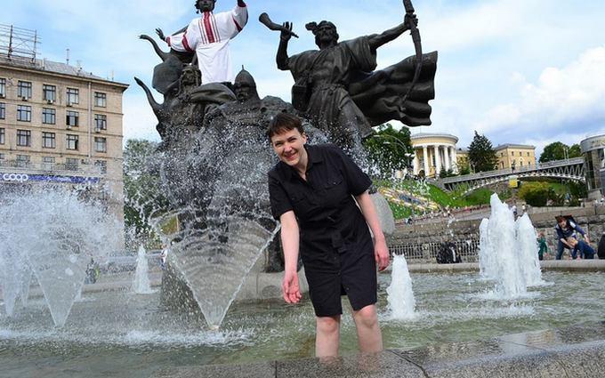 """Фото першого дня Савченко на свободі: купання у фонтані і зустріч зі скандальним """"генералом"""""""