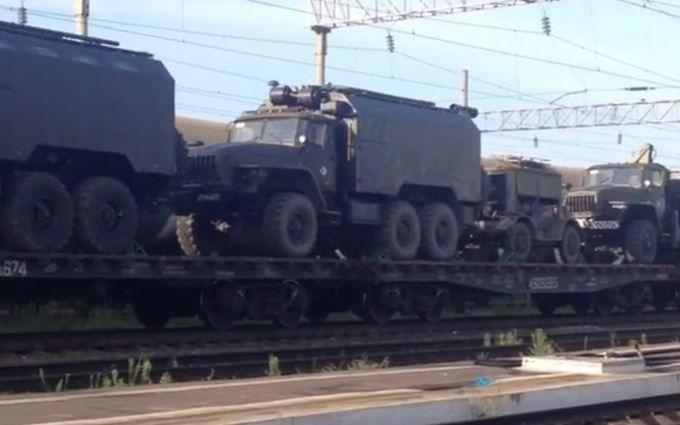 Росія знову везе в Україну військову техніку: з'явилося відео