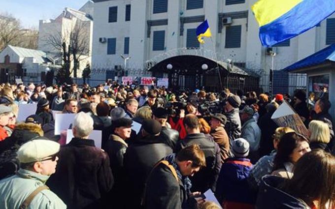 У посольства России в Киеве собралась новая акция: опубликованы фото