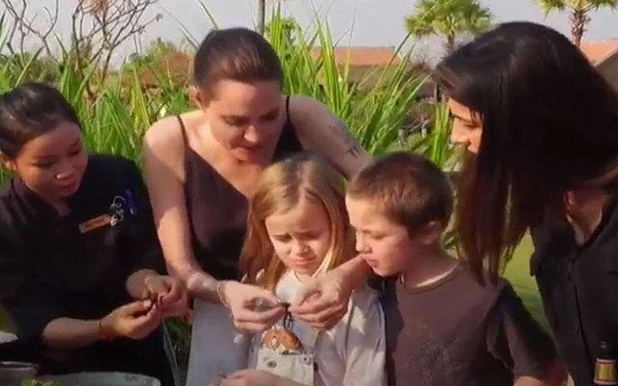 Джоли накормила детей скорпионами и тарантулами: появилось видео