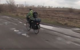 Храбрый польский паломник путешествует в зоне АТО: опубликовано видео