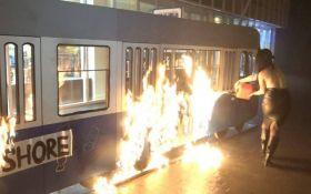 Активистка Femen устроила поджог возле магазина Roshen в Виннице: опубликовано видео