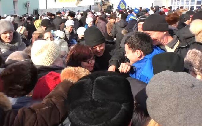 В России подрались из-за бесплатных ручек и кепок: опубликовано видео