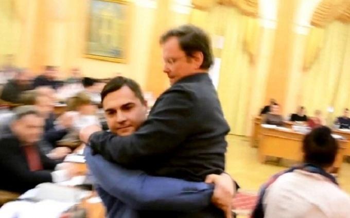 Как Яценюка: заместителя Саакашвили на руках вынесли с трибуны, появилось видео