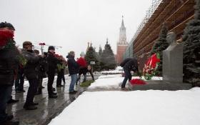 У Москві з квітами і сльозами на очах згадували Сталіна: опубліковані фото