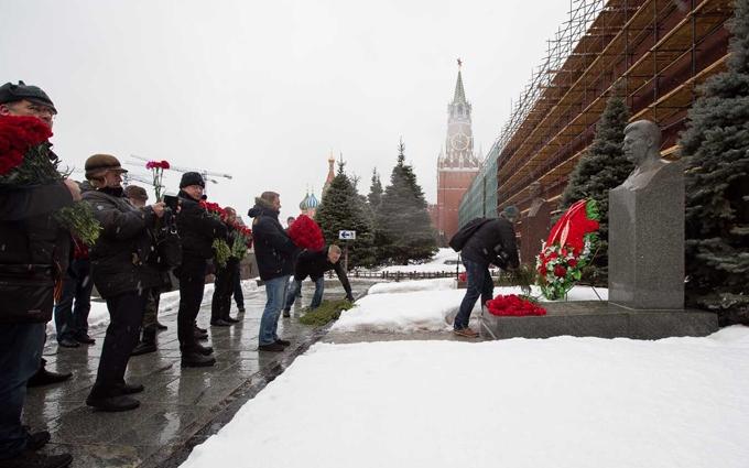 В Москве с цветами и слезами на глазах поминали Сталина: опубликованы фото