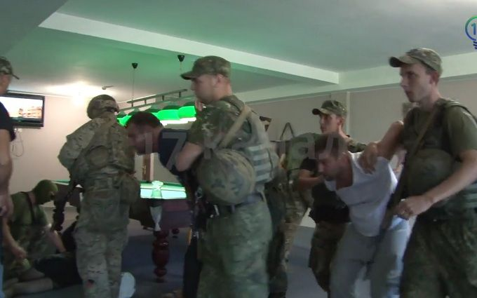 Затримання злодіїв у законі на Донбасі: з'явилося відео з місця подій