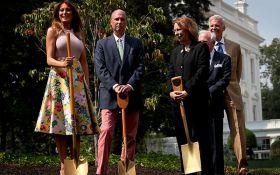 Посадила президентское дерево: Мелания Трамп удивила ярким нарядом в огороде