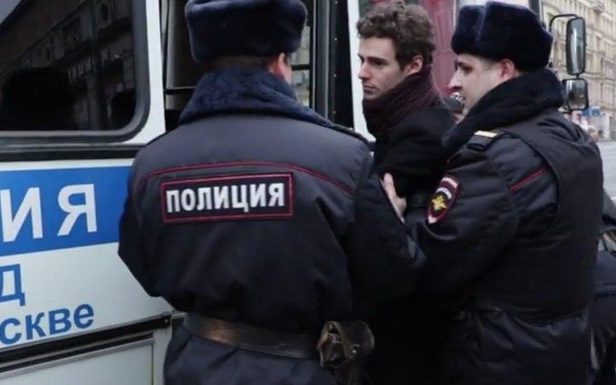 В Москве задержали людей с украинскими флагами: опубликовано видео