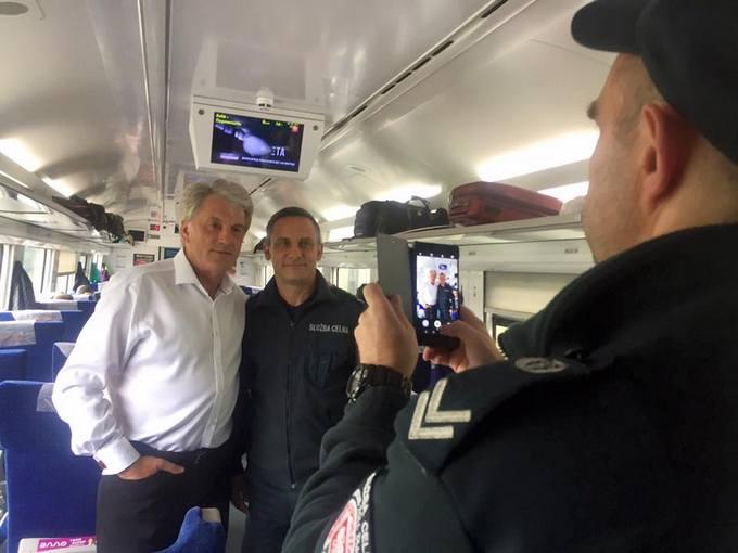 С Ющенко произошел курьезный инцидент в электричке: появились фото (1)