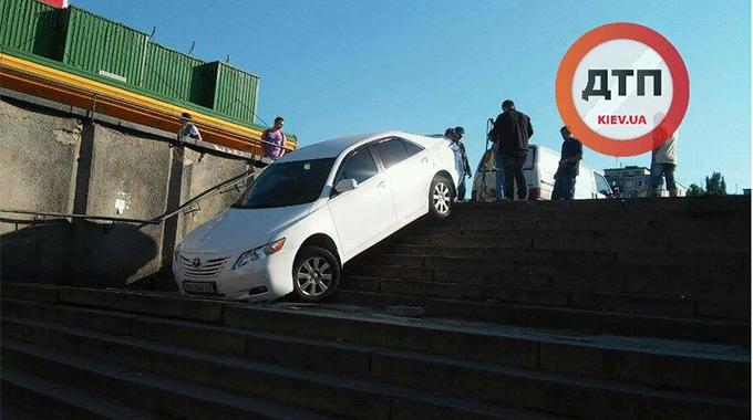 У Києві дивний водій заїхав у підземний перехід: опубліковано фото (1)