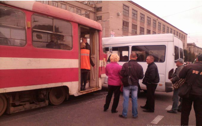 У Запоріжжі трамвай в'їхав у маршрутку: опубліковані фото
