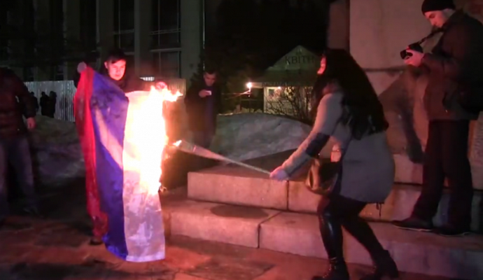 Активисты сожгли флаг РФ на факельном марше в Черкассах