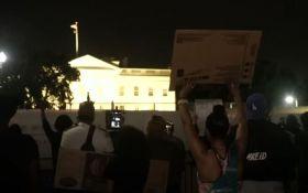 Массовые протесты в США подошли к Белому дому: силовики окружили администрацию Трампа