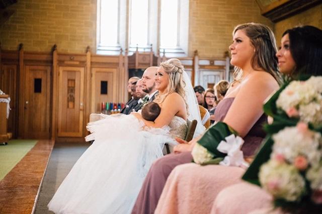 Соцмережі підірвало фото нареченої, яка годує немовля під час власного вінчання в церкві (1)