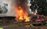 В США самолет рухнул на жилой дом, есть погибшие: появилось видео