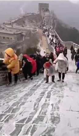 """Это нужно увидеть: Великая китайская стена превратилась в """"ледяную горку"""" (1)"""