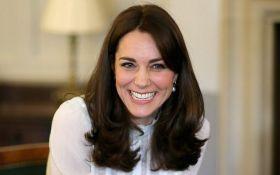 Беременная Кейт Миддлтон очаровала сеть бюджетным нарядом: появились фото и видео