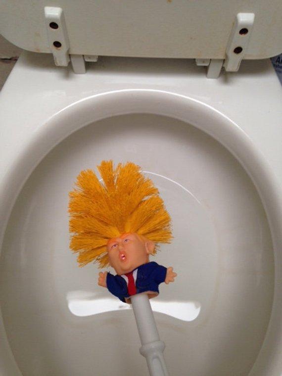 Оригінальний подарунок на Новий рік: в мережі продають туалетний йоржик в формі Дональда Трампа (1)