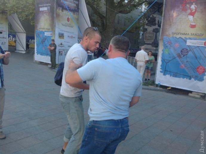 У центрі Одеси побилися активісти і муніципальна охорона: з'явилися фото (1)
