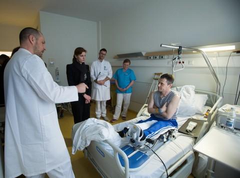Супруга президента нанесла визит украинским бойцам в госпиталь в Германии (2)