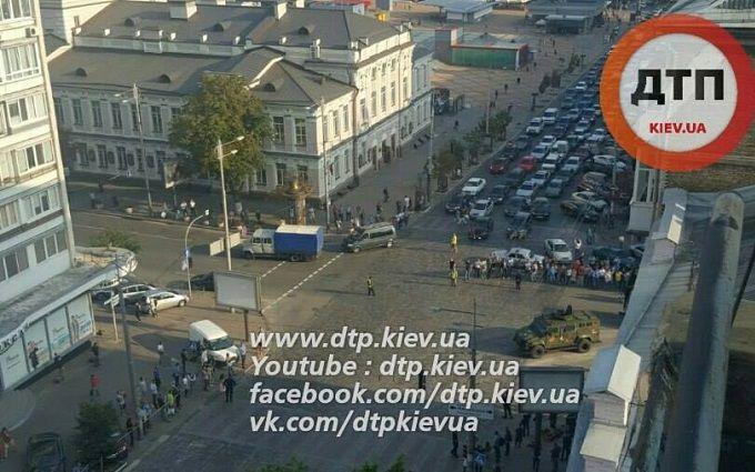 У Києві через військову техніку утворився великий затор: опубліковані фото
