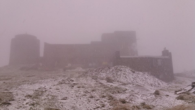 В Украине неожиданно выпал первый снег: зрелищные фото и видео (2)