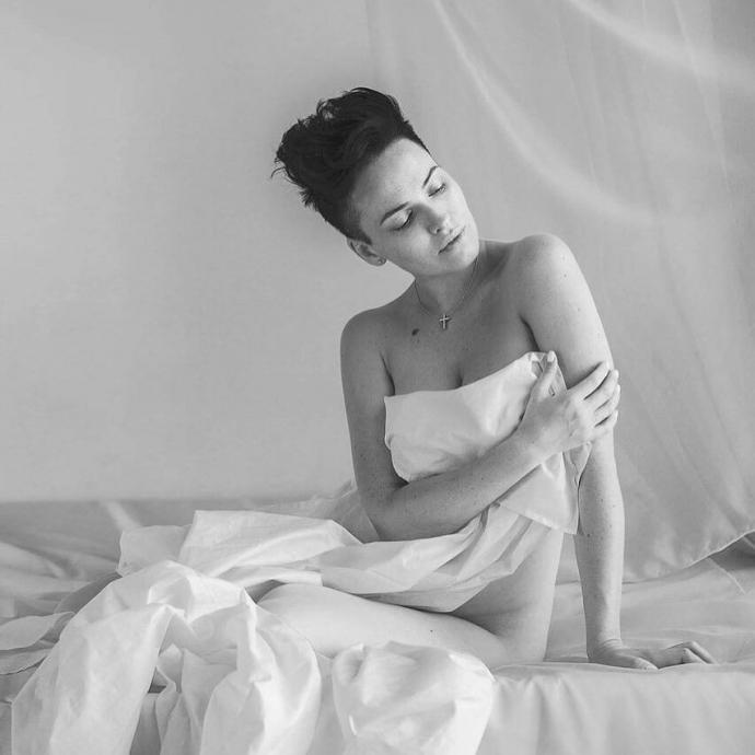 фото астафьевой на кровати любят