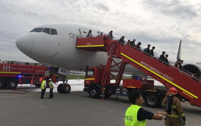 У Сінгапурі спалахнув літак з пасажирами: з'явилися драматичні фото і відео