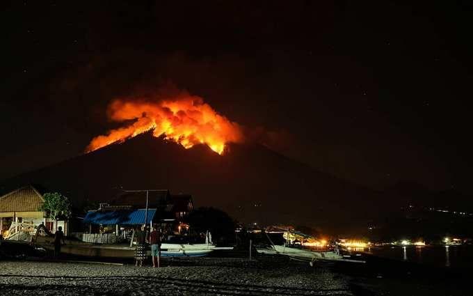 На Балі з новою силою розбушувався вулкан Агунг: з'явилися моторошні фото і відео