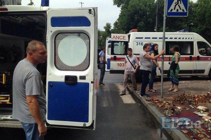 У Києві обвалився карниз будівлі і травмував перехожих: з'явилися фото і відео (2)