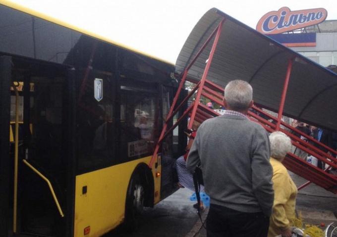 В Киеве автобус снес остановку с людьми: появились фото (1)