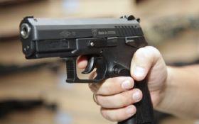 Пьяная компания в Сумах обстреляла автомобиль с ребенком и патрульный автомобиль