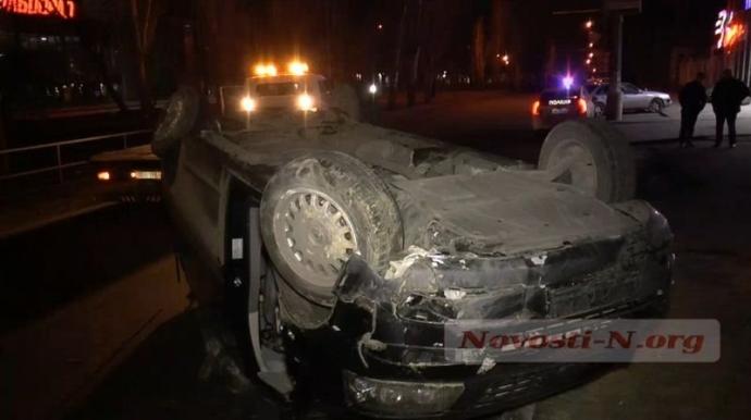 Пьяный водитель в Николаеве ухитрился перевернуть микроавтобус: появились фото и видео (6)