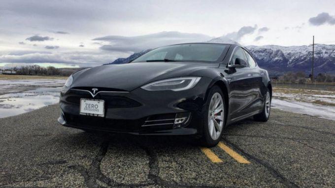 Із електрокара Tesla зробили найшвидший броньовик усвіті