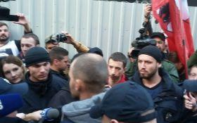 """Під офісом """"Інтера"""" в Києві сталася сутичка: з'явилися фото і відео"""
