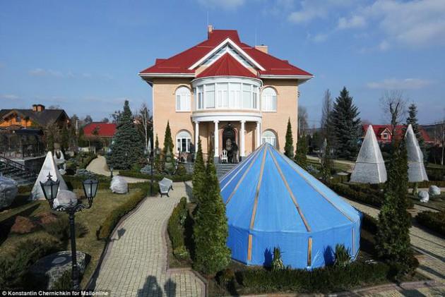 На Западе появились впечатляющие фото разграбленного дворца Пшонки (21)