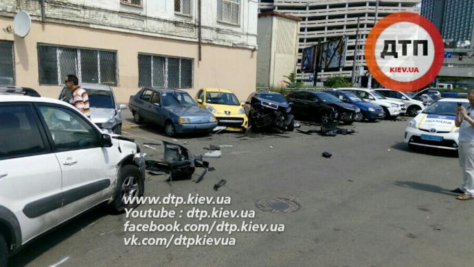 У масштабній ДТП в Києві постраждали одразу вісім авто: з'явилися фото (1)