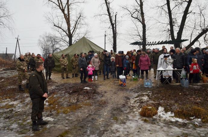 В зоне АТО военнослужащие отпраздновали Крещение (11 фото) (9)