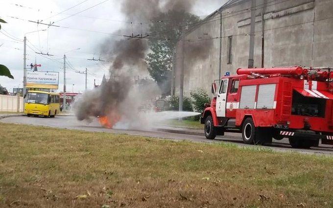 У Львові таксі спалахнуло прямо на дорозі: з'явилися фото і відео