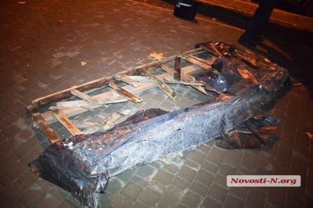 В центре Николаева погиб украинский военный, провалившись в яму: опубликованы фото (1)