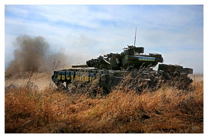 Танки війни: герой недавнього скандалу виклав нові яскраві фото з Донбасу (3)
