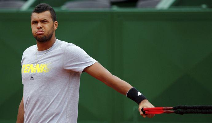 Теннисист отвлекся от игры ради помощи девушке