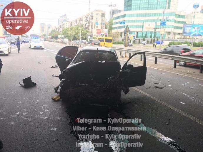 В Киеве из-за тройного ДТП заблокирован один из главных проспектов: появились фото (4)