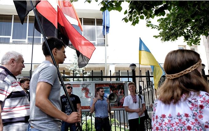 Під посольство Польщі в Києві принесли бандерівські прапори: з'явилися фото