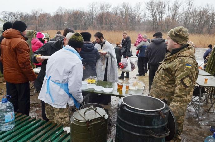 В зоне АТО военнослужащие отпраздновали Крещение (11 фото) (6)