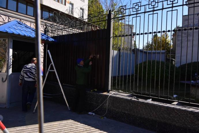 Дипломати Путіна в Києві граються в обложену фортецю: опубліковані фото (1)