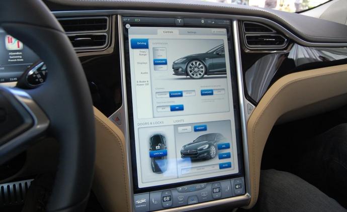 Новый софт Tesla умеет парковаться по-новому